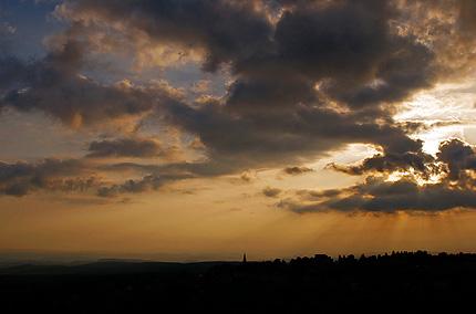 Schöneck im Sonnenuntergang (Kirchturmspitze in der Bildmitte)