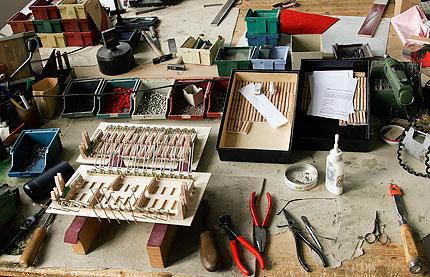 Arbeitsplatz eines Handzuginstrumentenmachers